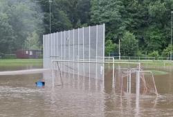 Sportplatz unter Wasser